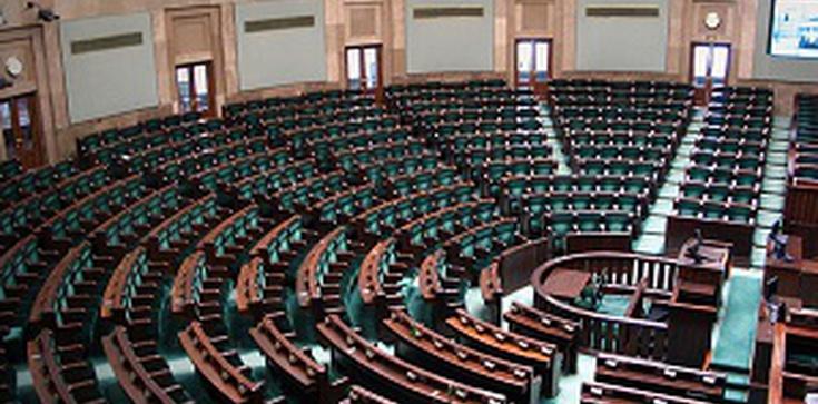 Skandal! Posłowie kneblowani podczas dyskusji ws. konwencji przemocowej - zdjęcie