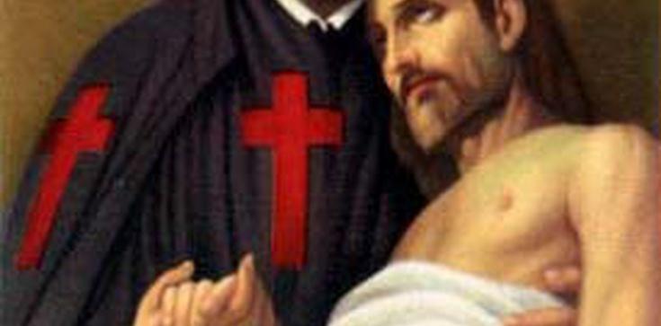 Księża z czerwonymi krzyżami - zdjęcie