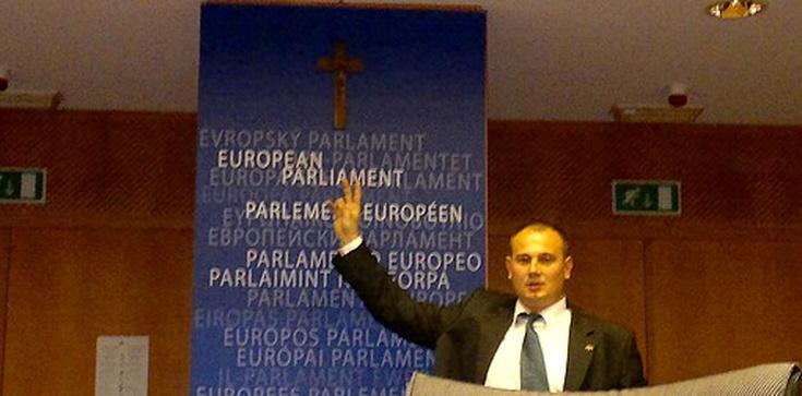 Powiesił krzyż w PE, ale szybko go zdjęli. Gdzie jest teraz? - zdjęcie