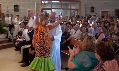Szok. Ksiądz tańczy w kościele z kobietą flamenco!