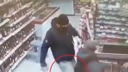 [Wideo] Bójka w sklepie o źle założoną maseczkę, czyli ... nigdy nie oceniaj towaru po opakowaniu - miniaturka