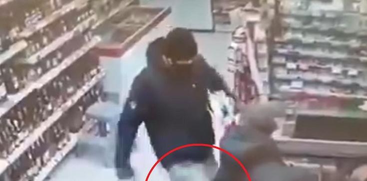 [Wideo] Bójka w sklepie o źle założoną maseczkę, czyli ... nigdy nie oceniaj towaru po opakowaniu - zdjęcie