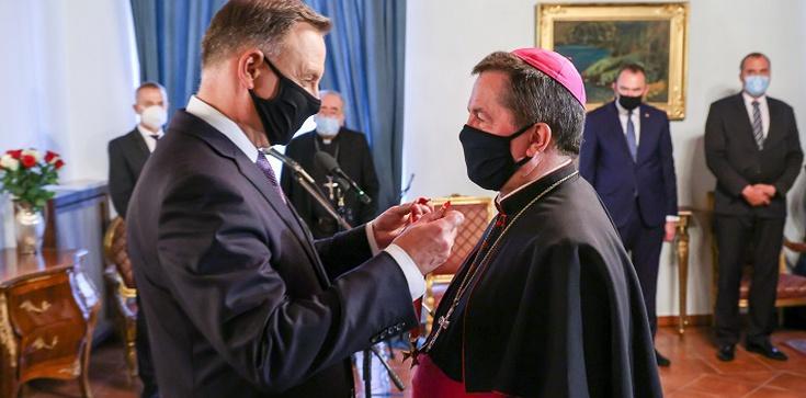 Prezydent odznaczył arcybiskupa Jana Romeo Pawłowskiego - zdjęcie