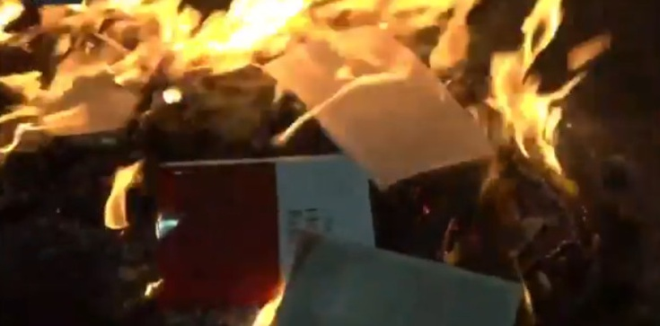 USA: Lewaccy bojówkarze palą Biblię - zdjęcie