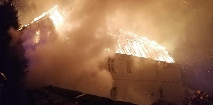 W Jakubowie spłonęła zabytkowa plebania. Kościół ocalał - zdjęcie