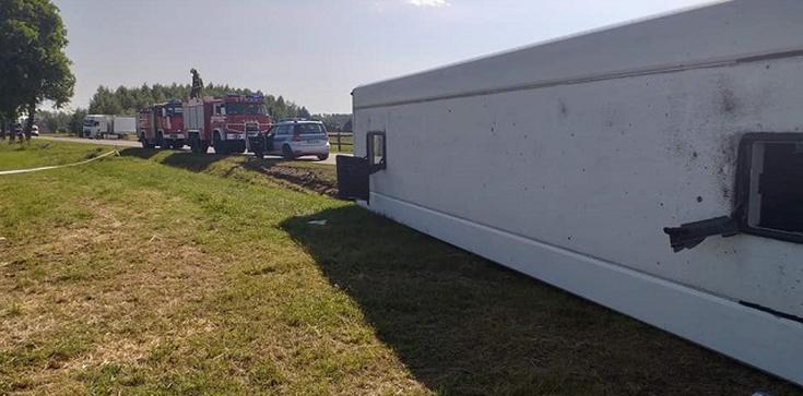 [Zdjecia] Wypadek autobusu na Mazowszu. 35 dzieci wewnątrz - zdjęcie