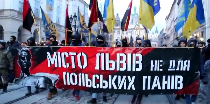 Lwów: Antypolska manifestacja z katem Polaków na sztandarach - zdjęcie