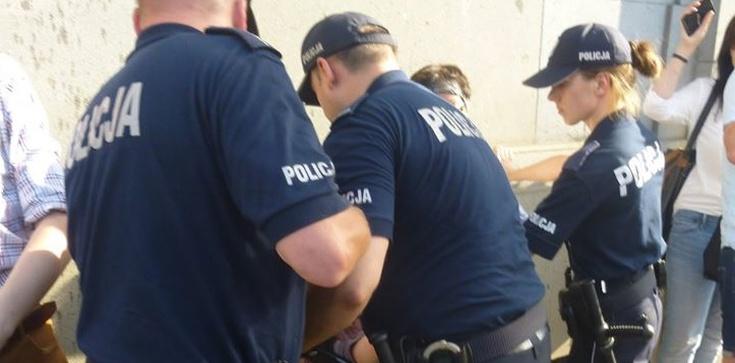 Skandal. Policjant skazany za zatrzymanie bojówkarza - zdjęcie