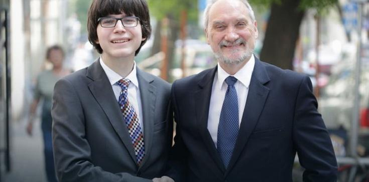 Macierewicz stawia na młodych i zatrudnił 20-letniego doradcę! - zdjęcie