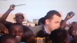 Dziennikarza TVN obskoczyły dzieci. Trzeba było... kija - miniaturka