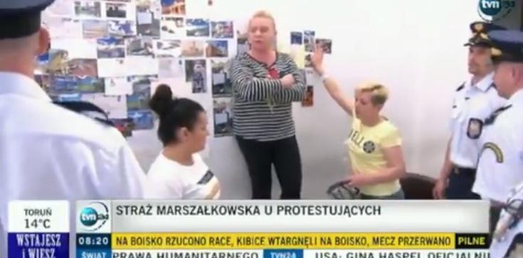 AWANTURA w Sejmie! Poszło o... pocztówki na ścianie  - zdjęcie