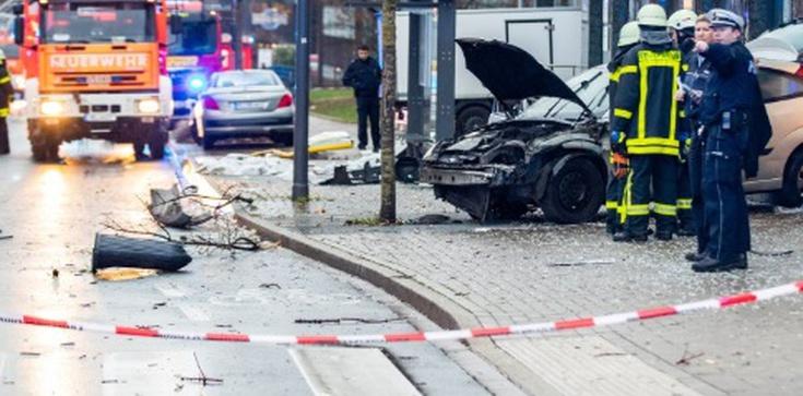 Samochód wjechał w ludzi na przystanku. 9 osób rannych - zdjęcie