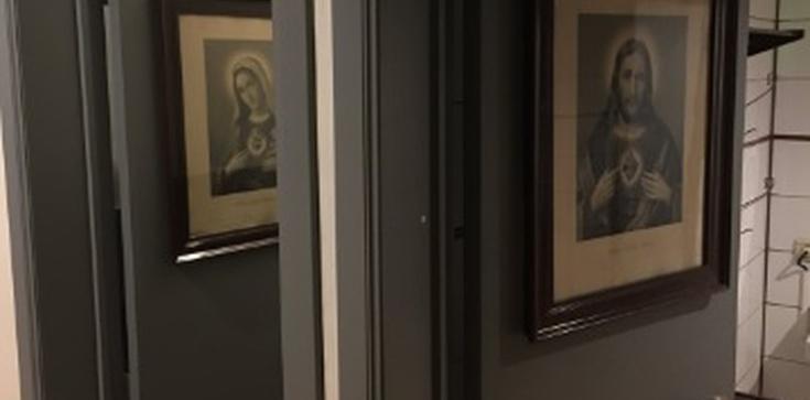 Tak upada Zachód! Święte obrazki na drzwiach toalety w restauracji - zdjęcie