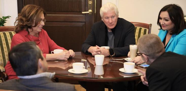 Hollywoodzki gwiazdor w Polsce. Spotkał się z politykami opozycji i Bodnarem - zdjęcie