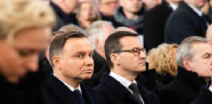 Polityczne dyskusje po pogrzebie Adamowicza. Prezydent i premier w piątym rzędzie - zdjęcie
