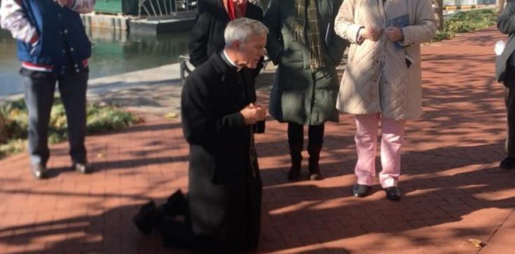 USA: Biskup Joseph Strickland klęka na chodniku po debacie biskupów - zdjęcie