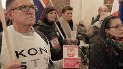 PROWOKACJA na mszy św. na Jasnej Górze! 'Demokraci' z flagami UE i egzemplarzami Konstytucji... - miniaturka