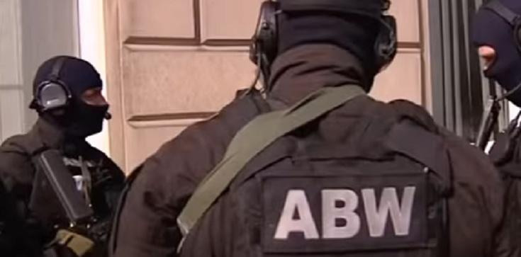 Zatrzymania ABW ws. wyłudzania praw własności w Warszawie - zdjęcie