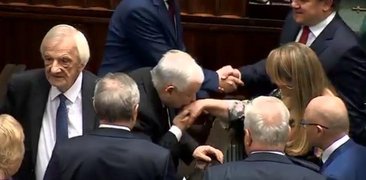 Prezes PiS całuje posłankę Koalicji Obywatelskiej w dłoń. Zaskakująca reakcja - zdjęcie