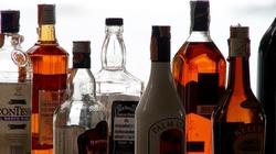 Kiedy małe butelki są droższe, Polacy sięgają po alkohol w większych. Czy ,,małpy'' podbiją polski rynek? - miniaturka