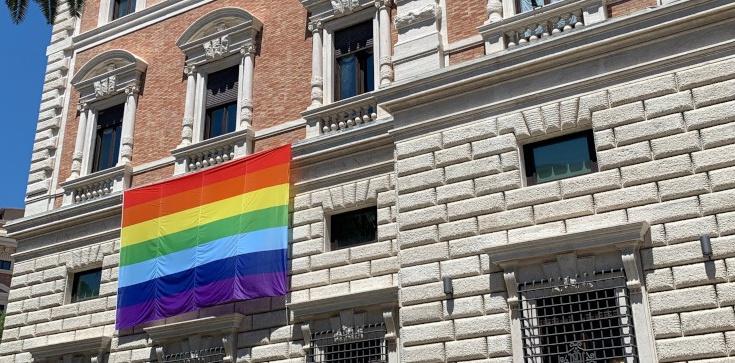 Ambasada USA przy Watykanie wywiesiła tęczową flagę - zdjęcie