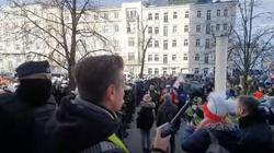 [Wideo] Dwoje policjantów trafiło do szpitala w wyniku zamieszek z antyCovidowcami w Warszawie - miniaturka