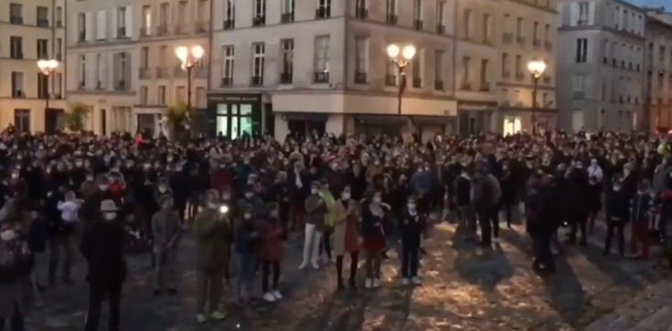 Francuzi modlą się na ulicach. Chcą otwarcia Kościołów - zdjęcie