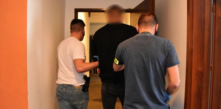 Cela plus! Poszukiwany listem gończym szef gangu ujęty przez ,,łowców głów'' - zdjęcie