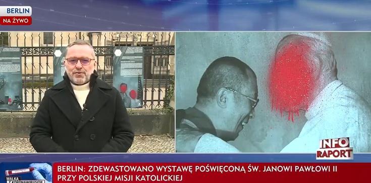 Berlin. Zdewastowano wystawę poświęconą św. Janowi Pawłowi II [Wideo] - zdjęcie