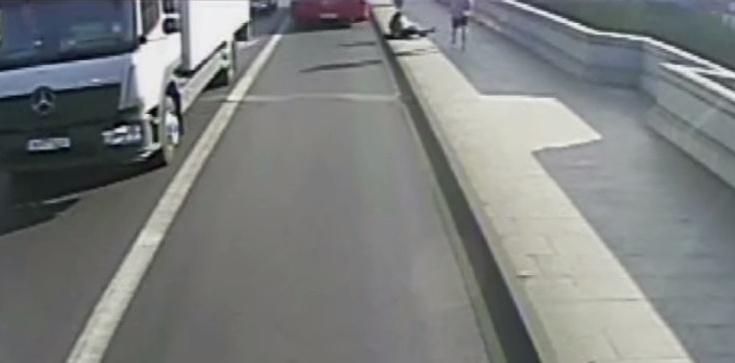 SZOK! Biegacz wepchnął kobietę pod autobus [FILM] - zdjęcie