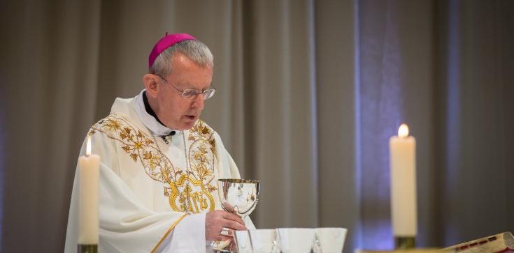 Brytyjski biskup zarządził koniec Mszy trydenckich. Rok temu odprawiał Msze dla osób LGBT - zdjęcie