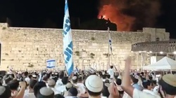 [Wideo] Napięcie w Izraelu sięga zenitu? Płonie meczet Al Aksa, a Żydzi śpiewają i tańczą - miniaturka