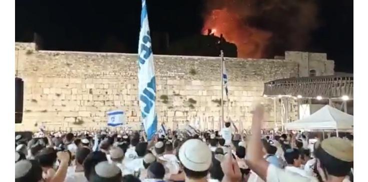 [Wideo] Napięcie w Izraelu sięga zenitu? Płonie meczet Al Aksa, a Żydzi śpiewają i tańczą - zdjęcie