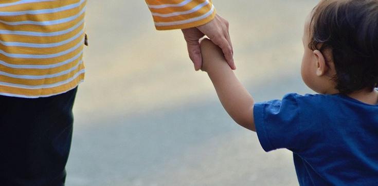 Holandia chce aresztować a polska prokuratura nie chce wydać rodziny z autystycznym chłopcem - zdjęcie
