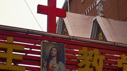 Bicie, indoktrynacja i więzienne izolatki. Szokująca fala prześladowań chrześcijan w Chinach - miniaturka