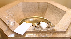 Albański ateista przyjął chrzest w Rzymie. ,,To kompletnie zmieniło moje życie'' - miniaturka