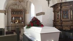 Mama została pochowana bez poświęcenia trumny. Spadła w dół i tyle.. - miniaturka