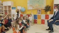 Premier wrócił do szkoły. Czekały na niego naprawdę trudne pytania!  - miniaturka
