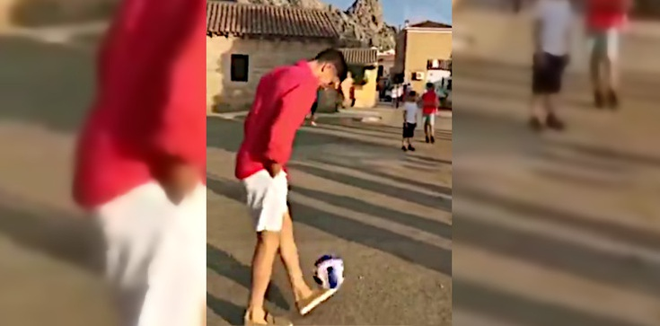 Tak spełniają się marzenia! Lewandowski spotyka grupę chłopców na ulicy i… gra z nimi w piłkę  - zdjęcie