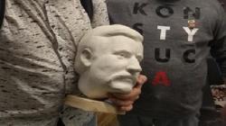 Lech Wałęsa 'stracił głowę' dla Konstytucji? Uff, to tylko gipsowa podobizna! - miniaturka