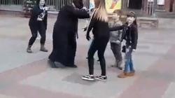 OBRZYDLIWE!!! Kolega Urbana prowokuje pod warszawską katedrą! Wicenaczelny 'NIE' przebrał się za 'księdza pedofila' - miniaturka