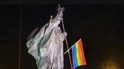 Kolejny atak aktywistów LGBT. Tym razem celem m.in. szczeciński pomnik JPII - miniaturka