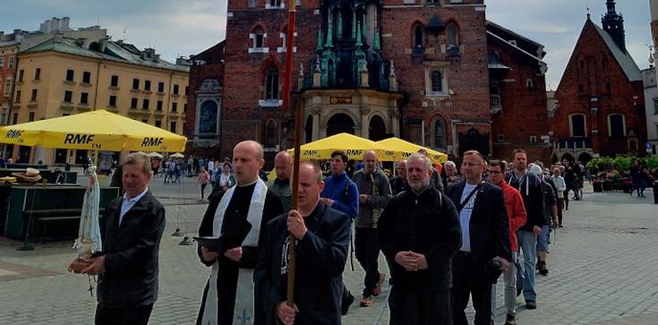Kraków wierny Maryi! Ulicami miasta przeszedł kolejny Męski Różaniec [FOTORELACJA] - zdjęcie