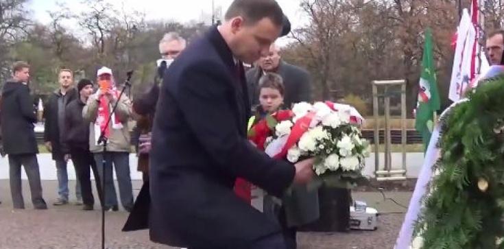 """""""Pijany Andrzej Duda kradnie kwiaty spod pomnika Romana Dmowskiego!"""". Internauta znieważył prezydenta? - zdjęcie"""