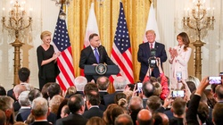 Niezwykły prezent! Polacy śpiewają 100 lat dla prezydenta Trumpa (ZOBACZ) - miniaturka