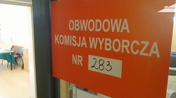 Warszawa: Wypadek w lokalu wyborczym. Na mężczyznę spadło godło - miniaturka