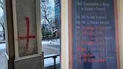 Czyste diabelstwo! Dewastacja kościoła w Warszawie: Odwrócone krzyże i błyskawice - miniaturka