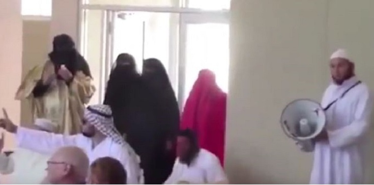 Szok! Muzułmanie zakłócają chrześcijańskie nabożeństwo! FILM - zdjęcie