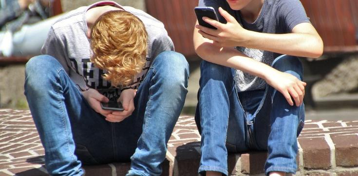 Rodzicu - uważaj!!! Uzależnienie od smartfonów plagą wśród młodzieży. Cyfrowe kontakty okaleczają ludzi - zdjęcie