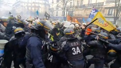 Szokujące sceny z Francji. Policja brutalnie tłumi protestujących. Gdzie UE? - miniaturka